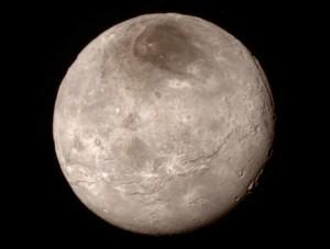 Charon vu par New Horizons.  La zone sombre en haut s'appelle Mordor.