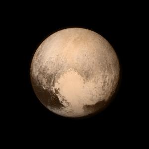 Pluton au début de l'approche de New Horizons. On remarque bien le Cœur (Heart en anglais)