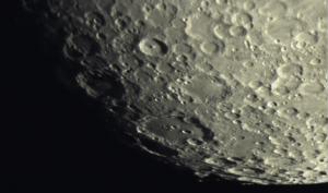 Vue du cratère Clavius, situé au sud ouest du cratère Tycho. Il est le troisième plus grand cratère de la face visible de la Lune avec 225 km de diamètre. Clavius a une profondeur de 3,5 km