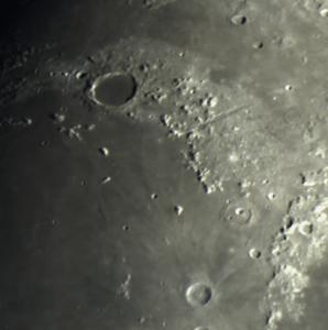 Vue du Cratère Platon et des Alpes Lunaires. Platon est un cratère d'impact lunaire situé sur la face visible de la Lune. Il se trouve au nord-est de la Mare Imbrium et des Montes Teneriffe, à l'extrémité orientale des Montes Jura et à l'extrémité occidentale des Montes Alpes d'où partent des cravasses lunaires dénommées Rimae Platon